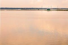 Fiska som förlägga i barack i tystnaden av den bräckta lagun Royaltyfria Foton