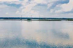 Fiska som förlägga i barack i tystnaden av den bräckta lagun Royaltyfri Foto