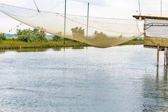 Fiska som förlägga i barack i tystnaden av den bräckta lagun Arkivfoto