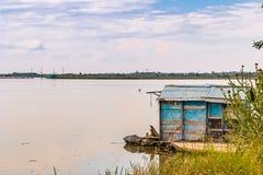 Fiska som förlägga i barack i tystnaden av den bräckta lagun Royaltyfri Bild