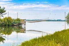 Fiska som förlägga i barack i tystnaden av den bräckta lagun Arkivbilder