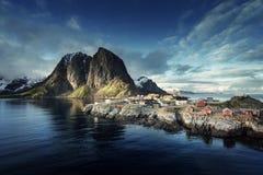 Fiska som förlägga i barack på vårsolnedgången - Reine, Lofoten öar, Norge royaltyfria foton