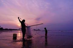 Fiska tillsammans i soluppgången Royaltyfri Fotografi
