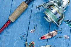 Fiska uppsättningen för att fiska piken, bas, sittpinne Uppsättning av fiskaren Arkivfoto