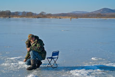 fiska vinter för man 47 Arkivfoto