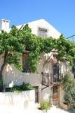 FISKARDO, KEFALONIA, GRECIA - 7 DE SEPTIEMBRE DE 2012: Casa con las flores en el pueblo de Fiskardo, Kefalonia Imágenes de archivo libres de regalías