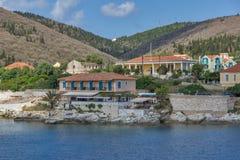 FISKARDO, KEFALONIA, GRIECHENLAND - 25. MAI 2015: Erstaunlicher Panoramablick der Stadt von Fiskardo, Kefalonia, Griechenland Lizenzfreies Stockbild