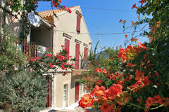 FISKARDO, KEFALONIA, GRIECHENLAND - 7. SEPTEMBER 2012: Haus mit Blumen in Fiskardo-Dorf, Kefalonia Lizenzfreies Stockfoto