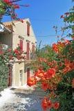 FISKARDO, KEFALONIA, GRIECHENLAND - 7. SEPTEMBER 2012: Haus mit Blumen in Fiskardo-Dorf, Kefalonia Lizenzfreie Stockfotografie