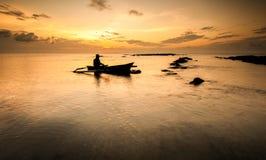 Fiskareåterkomst efter en dag som arbetar under gryningtid Royaltyfri Foto