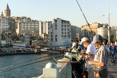 Fiskare är på Galataen som bron kan på 26, 2013 i Istanbul, Royaltyfri Bild
