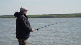Fiskare Angling på en flod i vår lager videofilmer