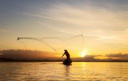 Fiskare av Bangpra sjön i handling, när fiska royaltyfri foto