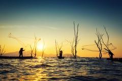 Fiskare av Bangpra sjön i handling, när fiska arkivbilder