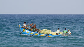Fiskare av Sri Lanka i traditionellt fartyg Royaltyfria Foton