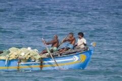 Fiskare av Sri Lanka i traditionellt fartyg, på Batticaloa Royaltyfri Fotografi