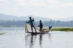 Fiskare för två Burmese i traditionellt träfartyg inlelake myanmar Royaltyfri Foto