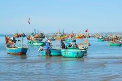 Fiskare förbereder sig att gå till havet att fiska i fiskehamnen av Mui Ne vietnam Royaltyfri Fotografi