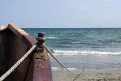 Fiskare fnurra på ett rostigt fartyg Royaltyfri Bild