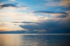 Fiskare går att fiska från ett fartyg på soluppgång Solnedgång på sjön, fartyg Blissed man som triumferas under fantastisk sikt Royaltyfri Foto