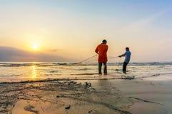 Fiskare gör deras arbete nära den Beserah stranden, Kuantan, Malaysia Arkivfoto