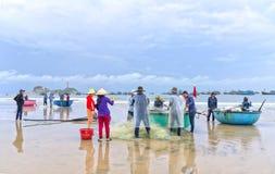 Fiskare gör illavarslande fisknät för arbete royaltyfria foton