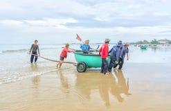 Fiskare gör illavarslande fisknät för arbete royaltyfri foto