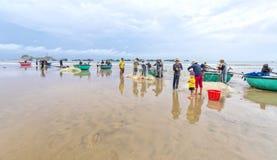 Fiskare gör illavarslande fisknät för arbete arkivfoton