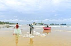 Fiskare gör illavarslande fisknät för arbete royaltyfri fotografi