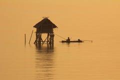 Fiskare i det guld- havet, morgonfjärd Bangtabun Royaltyfria Bilder