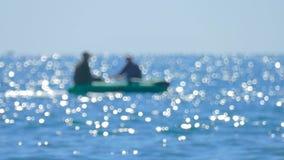 Fiskare i det rubber fartyget stock video