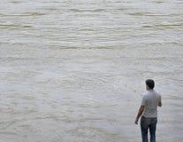 Fiskare i en enorm flod royaltyfri bild