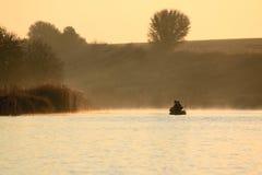 Fiskare i ett fartyg som tidigt på morgonen fångar fisken Royaltyfri Bild
