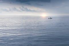 Fiskare i ett litet fartyg på havet Royaltyfri Fotografi