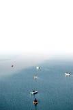 Fiskare i fartyg arkivbild