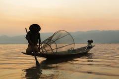 Fiskare i Inle sjösolnedgång, Myanmar fiskare Arkivfoton