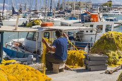 Fiskare i Iraklion port Royaltyfri Bild