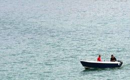 Fiskare i motorboat   arkivbilder