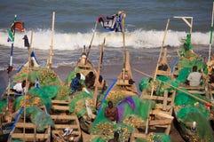 Fiskare i uddekostnadsstranden, Ghana Royaltyfri Fotografi
