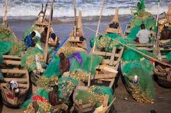 Fiskare i uddekostnadsstranden, Ghana Arkivbild