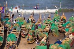 Fiskare i uddekostnadsstranden, Ghana Arkivfoto