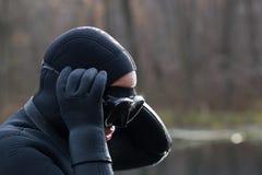 Fiskare i wetsuit i höstskogslut upp royaltyfri bild