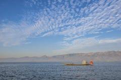 Fiskare med blå himmel på sjön Royaltyfri Fotografi