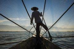 Fiskare med blå himmel på sjön Arkivfoton