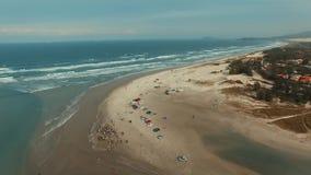 Fiskare med deras förtjänar och att fiska med netto på stranden av Ribanceira stock video