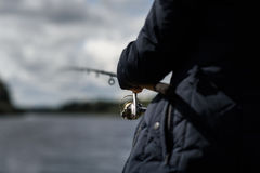 fiskare med en förlagematare som är främst av floden arkivfoto