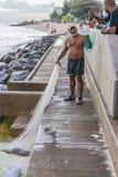 Fiskare med netto Barbados Arkivbild