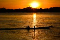 Fiskare med solnedgång Arkivfoto