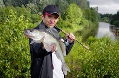 Fiskare med Zander fotografering för bildbyråer