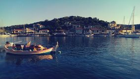 Fiskare nära den Meganisi ön Arkivfoto